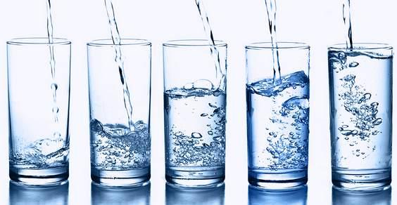 Come fare e come è importante bere acqua pura